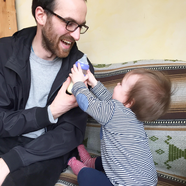Trinkflasche mit Baby und Papa