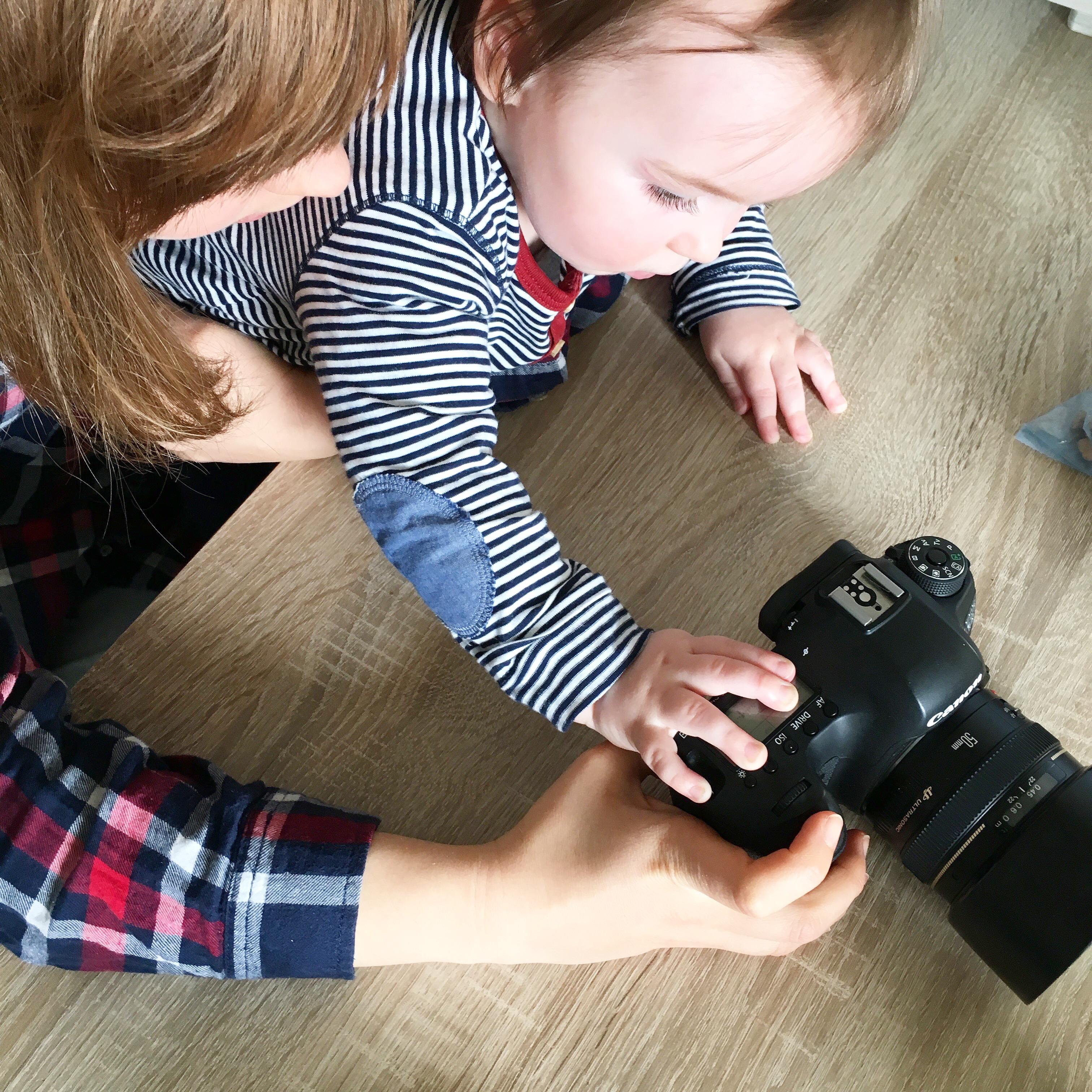 Mutter und Kind spielen mit Fotoapparat