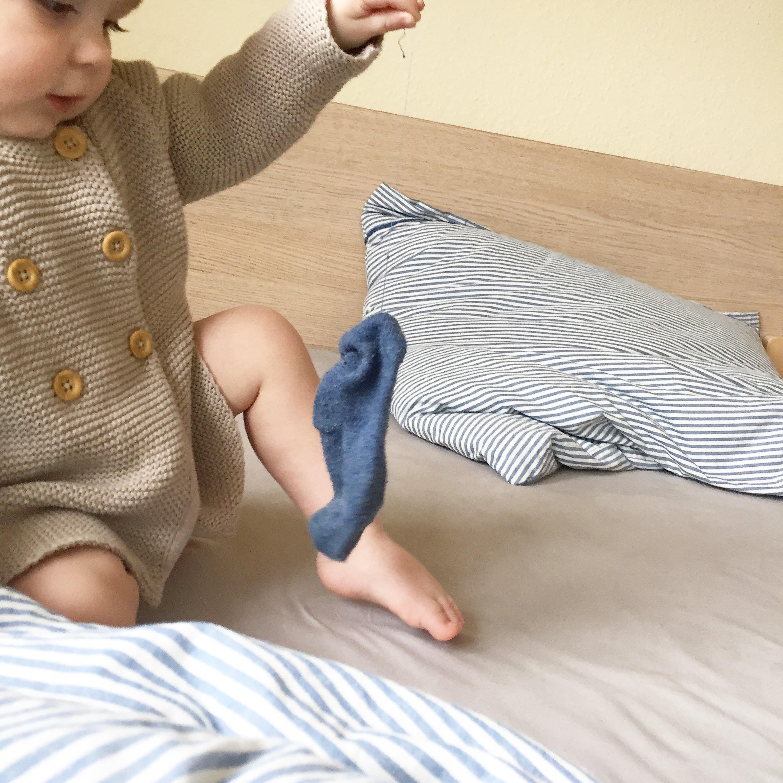 Kind hält Strumpf