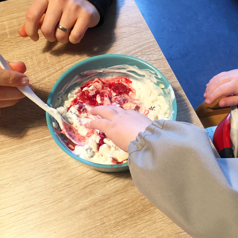 Mama und Baby essen Jogurt