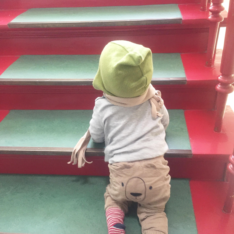 Kind krabbelt Treppe hinauf