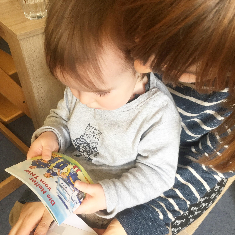 Baby schaut sich Buch an