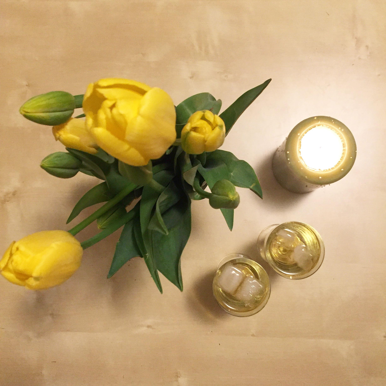 Sekt, Kerze und Blumen