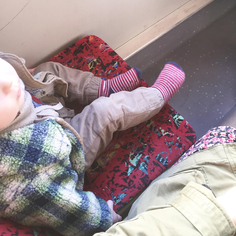 Baby fährt Straßenbahn