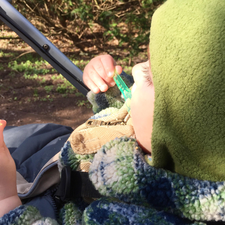 Baby isst mit dem Löffel