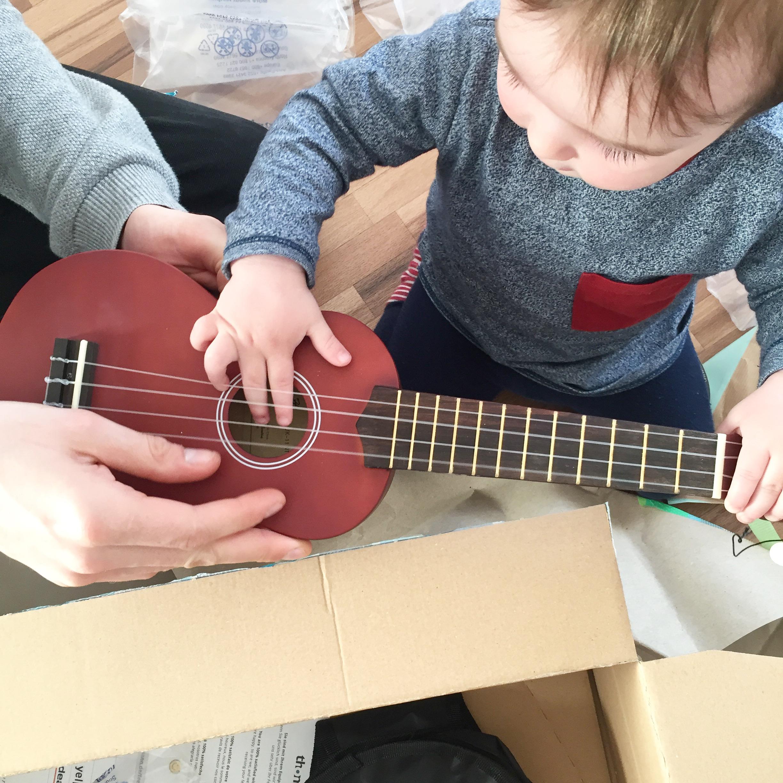 Baby spielt Gitarre