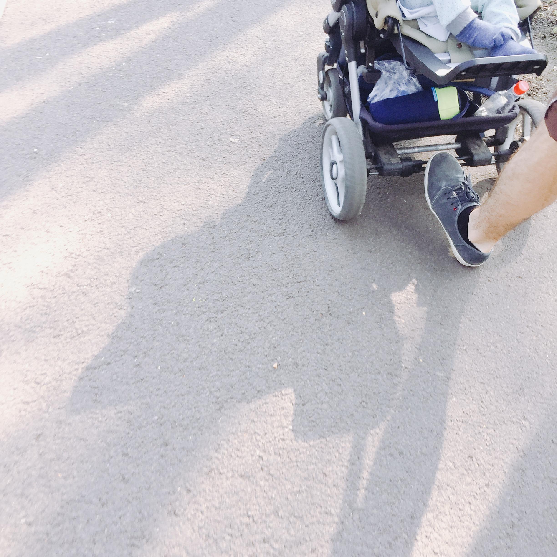 Spaziergang mit Vater und Kind