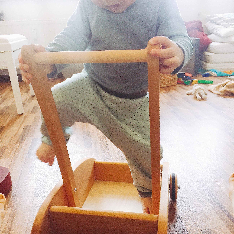 Baby in Lauflernwagen