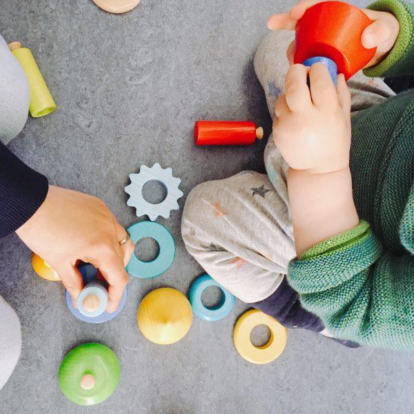 Spielen mit Holzspielzeug