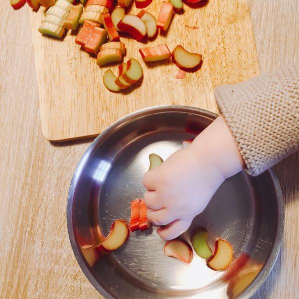 Kind hilft in Küche