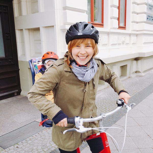 Mama und Kind auf Fahrrad