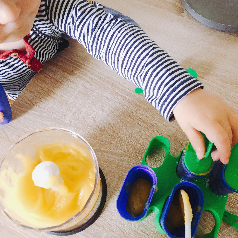 Kind und Mama machen Eis