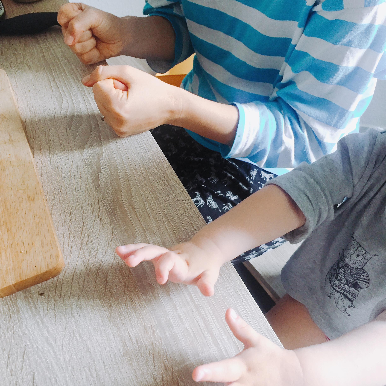 mit Kleinkind spielen