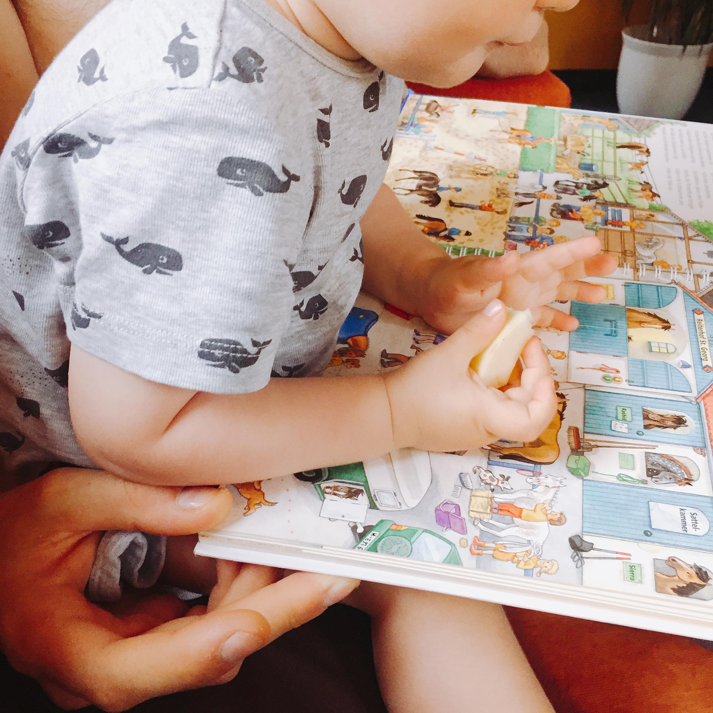 Kind schaut sich Buch an