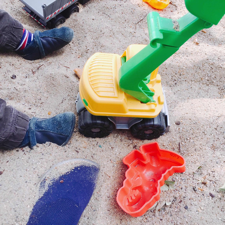 Kind spielt mit Bagger