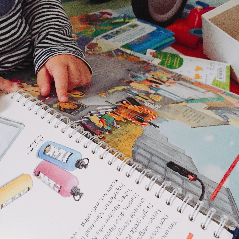 Kind schaut Buch an