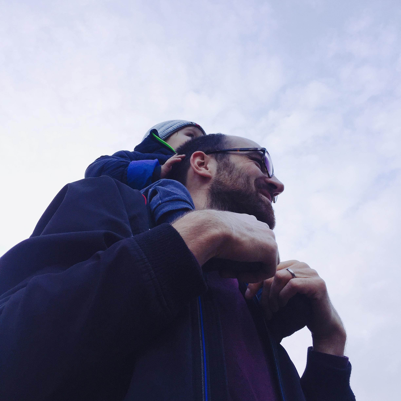 auf Papas Schultern