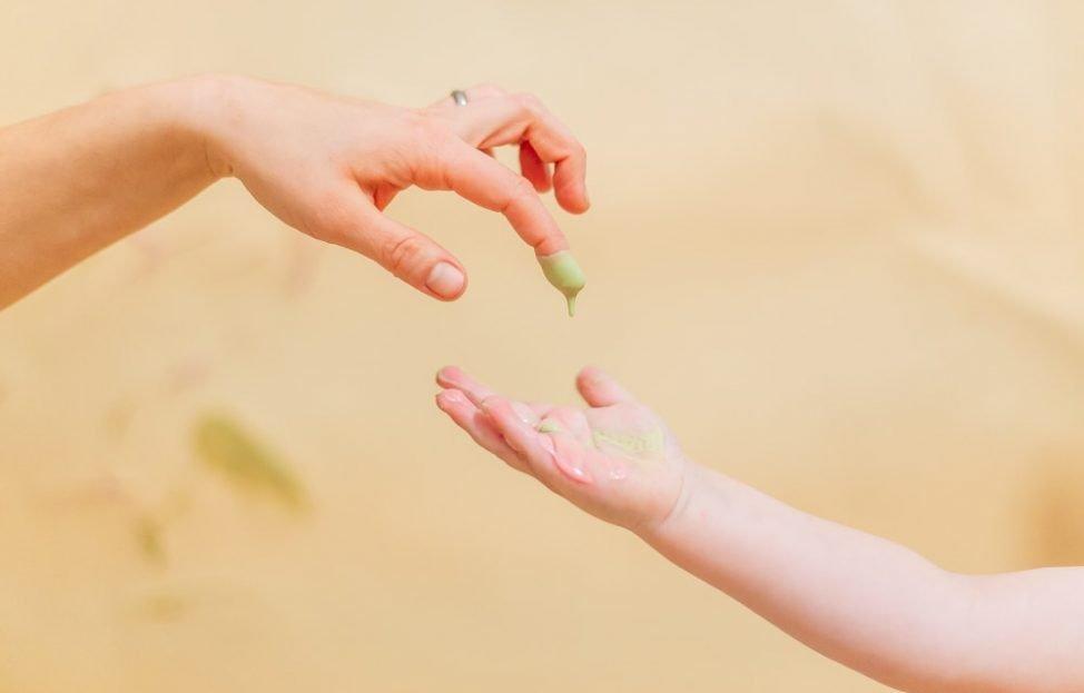 Schmieren und klecksen – mit selbstgemachter Fingerfarbe